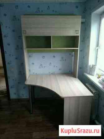 Стол письменный и навесной шкаф Красные Баррикады